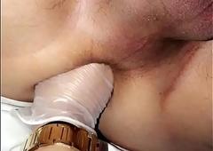 Travesti fazendo sliding knuckle deep