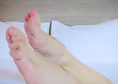Barefoot tranny bringing off nearly the brush trotters